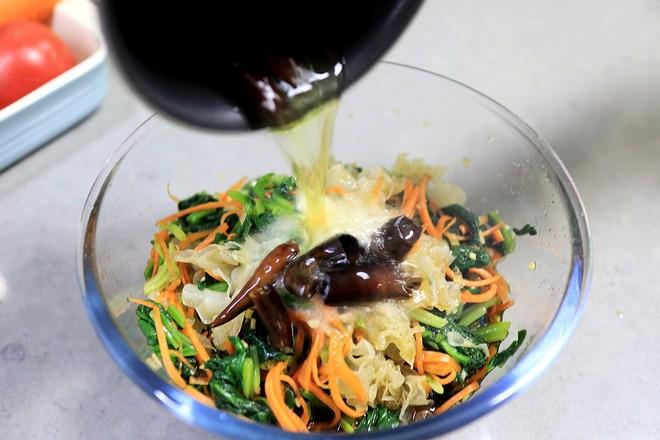 清肠润燥的凉拌酸辣银耳菠菜的步骤