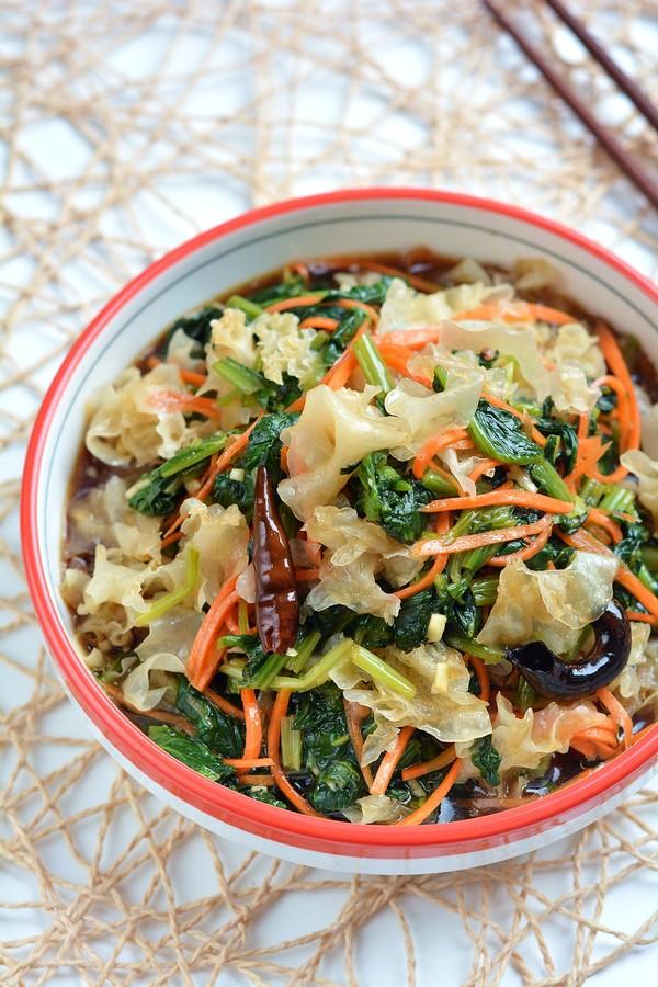 清肠润燥的凉拌酸辣银耳菠菜成品图