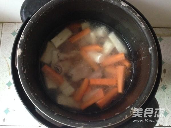 胡萝卜山药排骨汤的简单做法