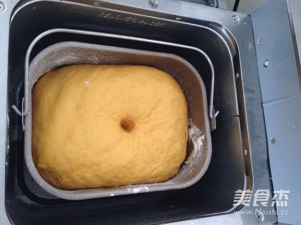 南瓜紫薯豆沙面包卷的家常做法