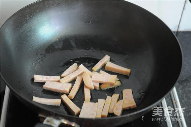 蒜苔胡萝卜炒午餐肉的家常做法