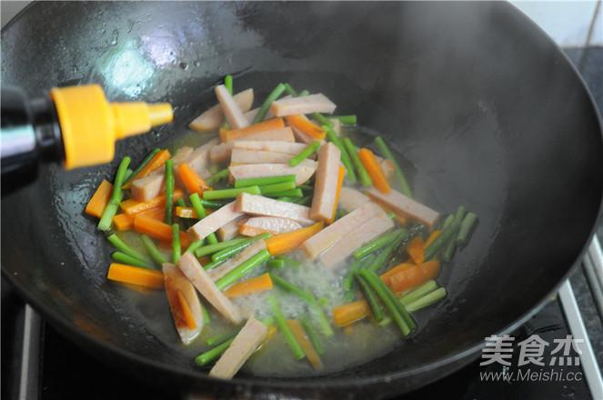 蒜苔胡萝卜炒午餐肉怎么做