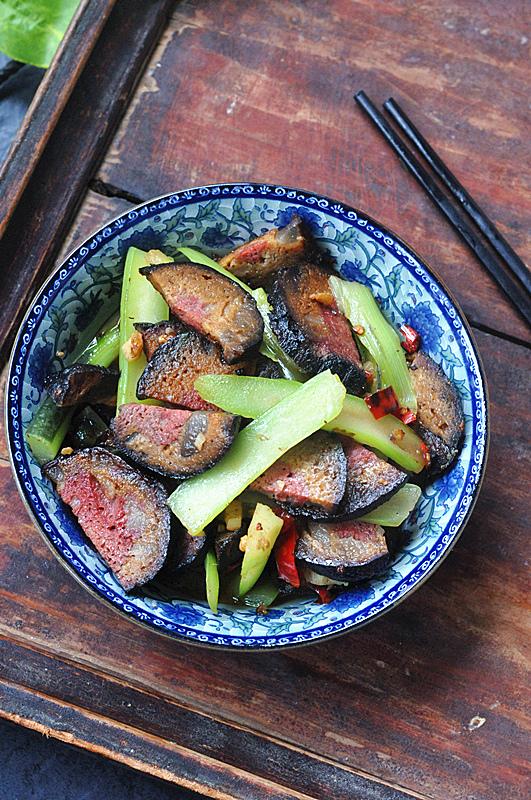 红菜薹炒猪血丸子成品图