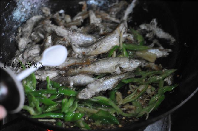青辣椒炒令子鱼怎么吃