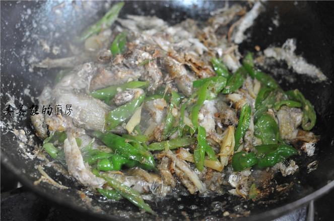 青辣椒炒令子鱼怎么炒