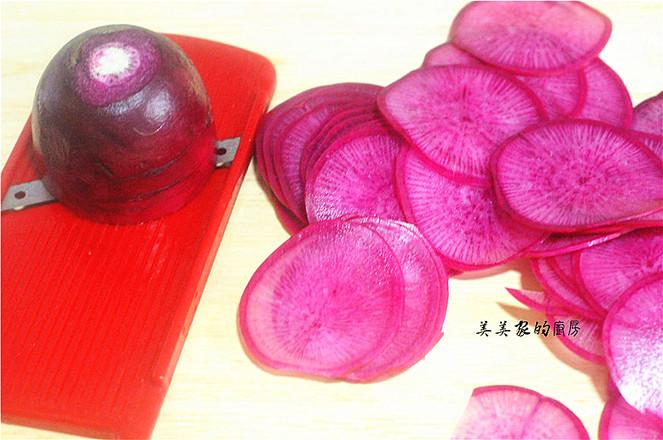 """春节必备的一道菜:""""花开富贵紫美人萝卜卷"""",寓意富贵吉祥,好彩头哦!的家常做法"""