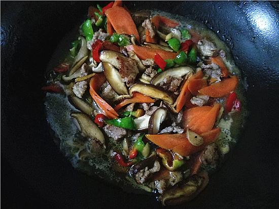 胡萝卜香菇炒肉怎样做