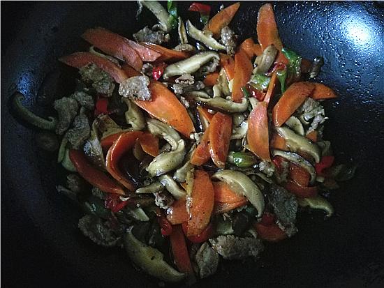 胡萝卜香菇炒肉怎样炒