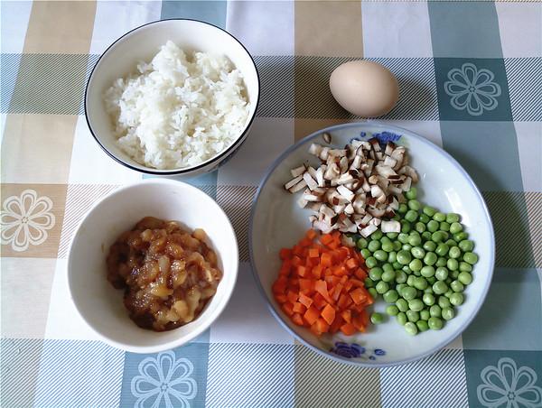 香菇胡萝卜豌豆鸡肉炒饭的做法大全
