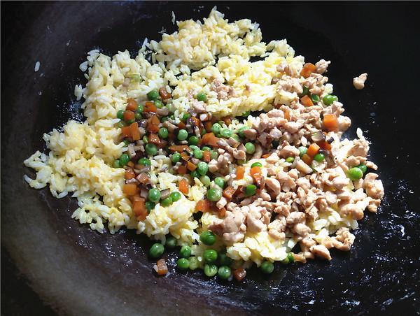 香菇胡萝卜豌豆鸡肉炒饭怎么炒
