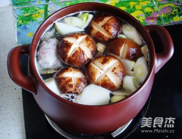 香菇炖排骨汤怎么煮