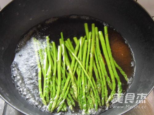 油淋蒜香芦笋的家常做法