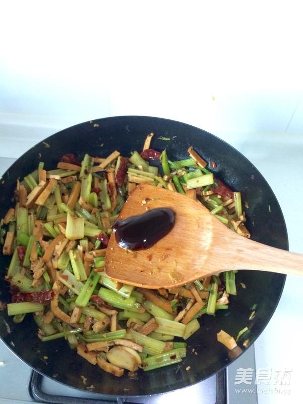 芹菜炒香干怎样做