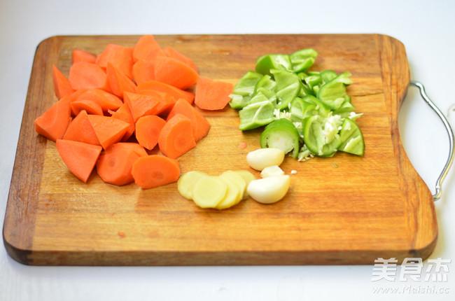 胡萝卜烧牛腩的家常做法