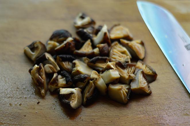 香菇焖鸡翅的家常做法