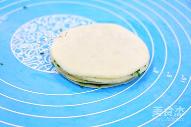 饺子皮葱油饼 宝宝辅食,鲜香酥脆全家都爱吃的家常做法