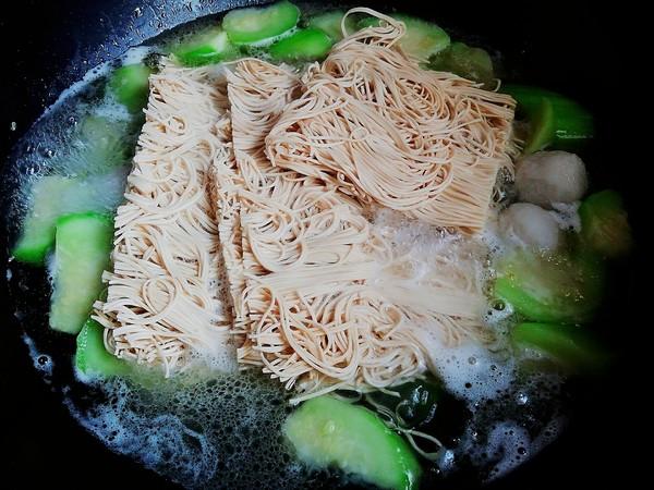 丝瓜鱼丸汤面怎么吃