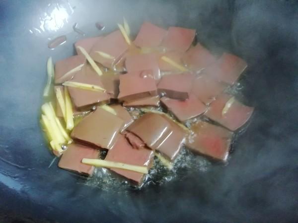 麻辣金针鸭血煲的家常做法