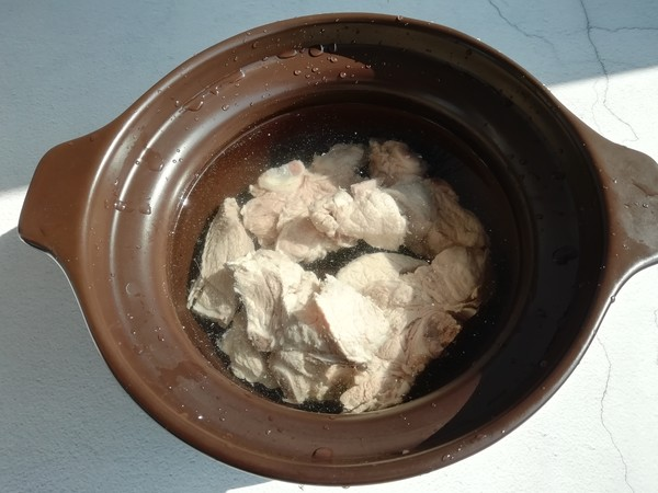 白萝卜玉米骨头汤的家常做法