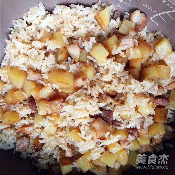 土豆五花肉焖饭怎么煮