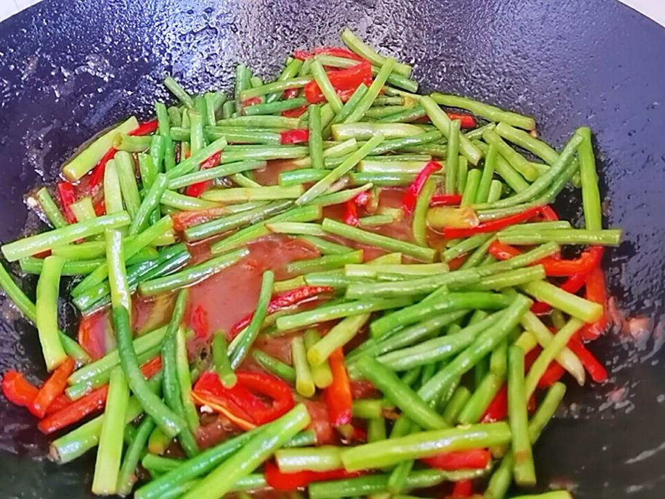 我是半滴雨#来自内蒙古#,参赛作品为豇豆角小炒肉,3元1大把的豇豆,怎么做吃不够怎么做