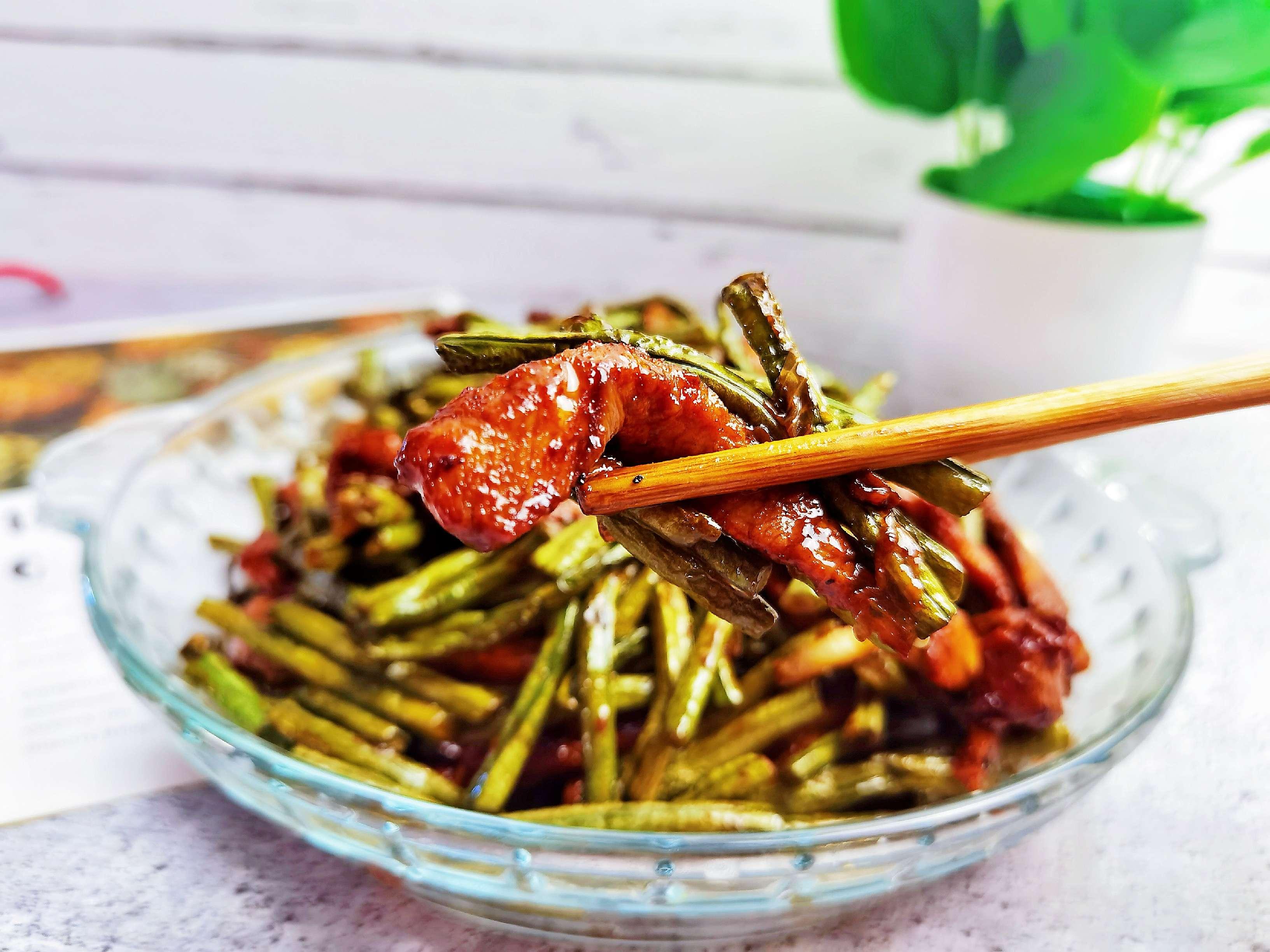 豇豆角炒肉好吃有诀窍,肉嫩菜香,做法简单又家常怎么煸