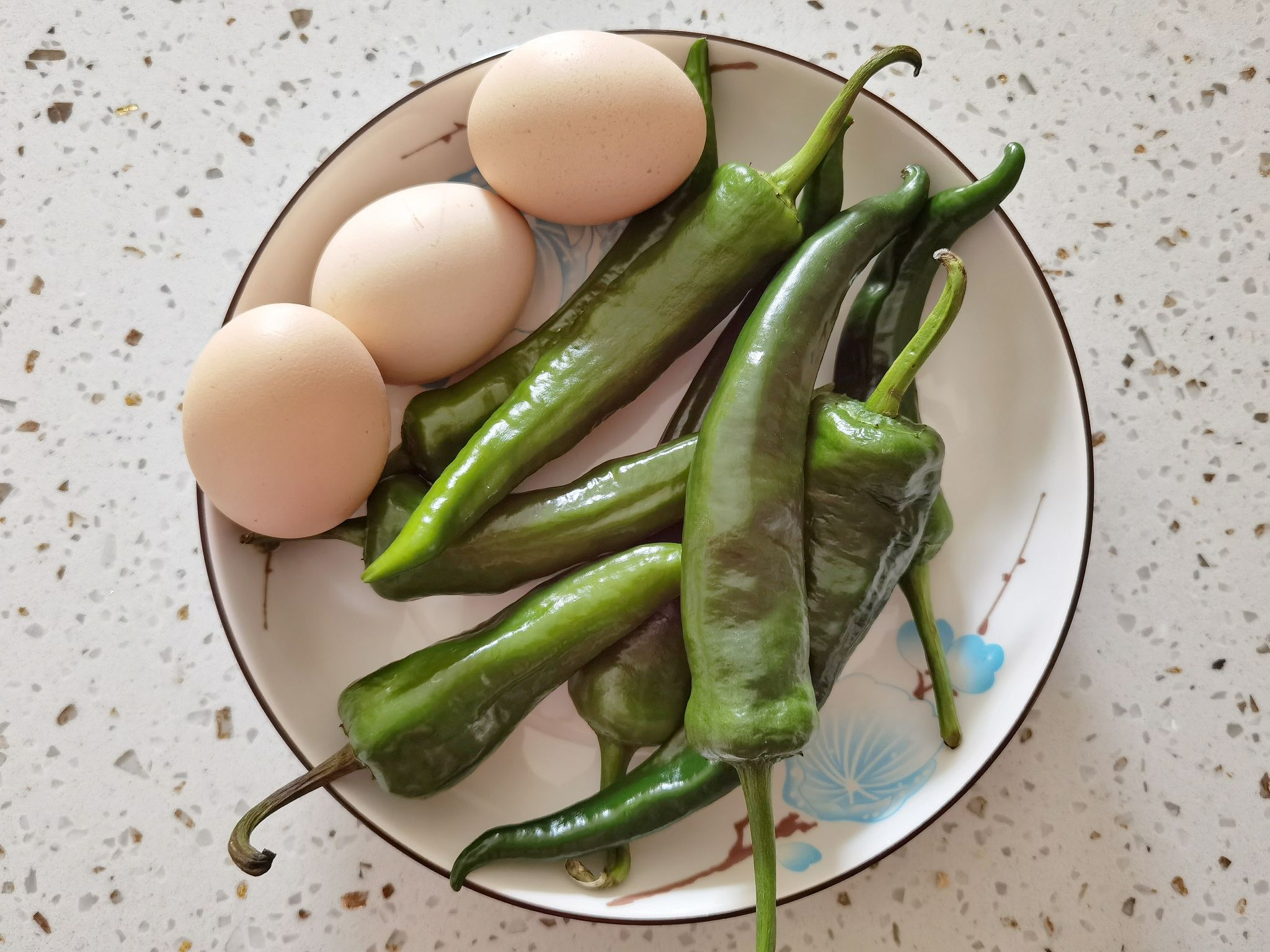 连盐都不用放的青椒炒蛋,炒1盘米饭吃2碗,就是这么简单又下饭的步骤