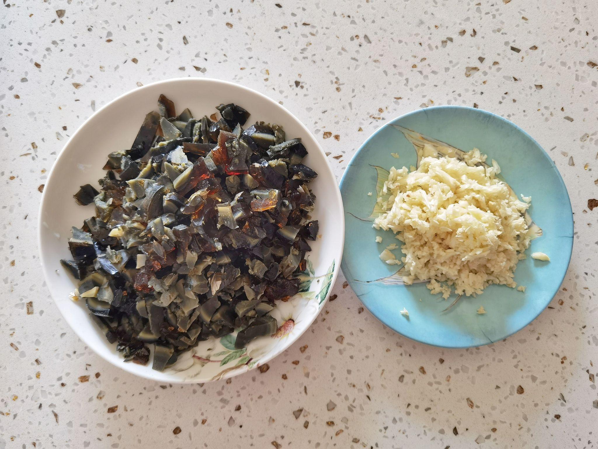 看着很丑,吃着很香的辣椒锤皮蛋,就馒头米饭简直绝了的家常做法