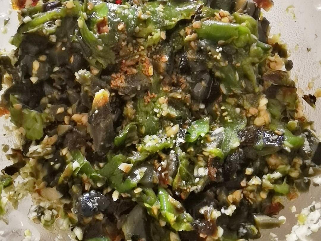 看着很丑,吃着很香的辣椒锤皮蛋,就馒头米饭简直绝了怎么煮
