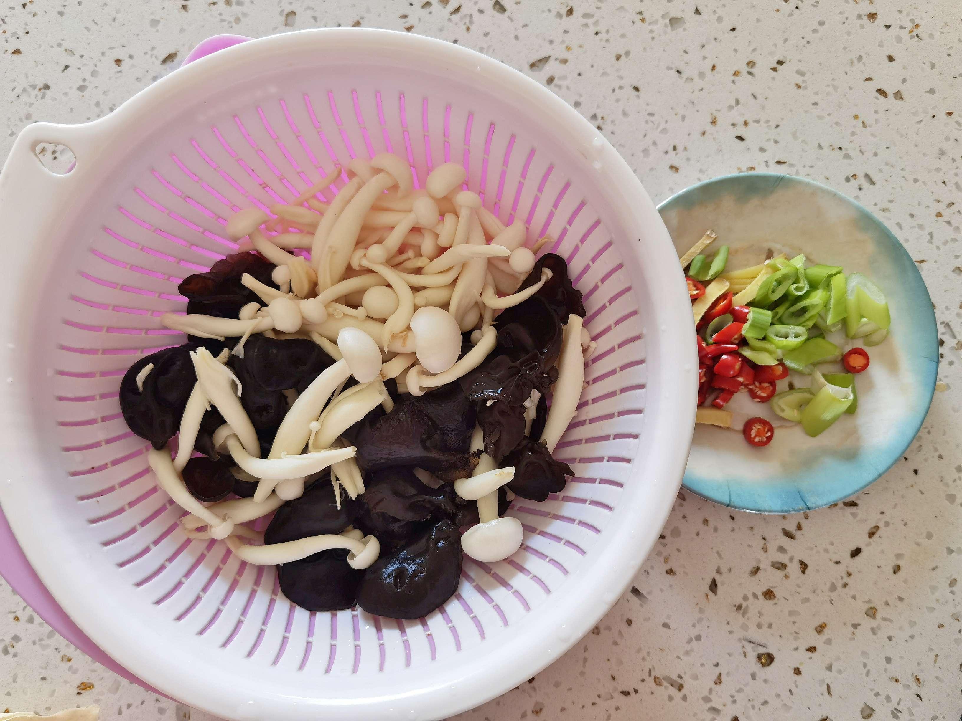 白玉菇加上木耳鸡蛋,这道好吃又好做的素菜我能吃两大碗米饭的做法大全
