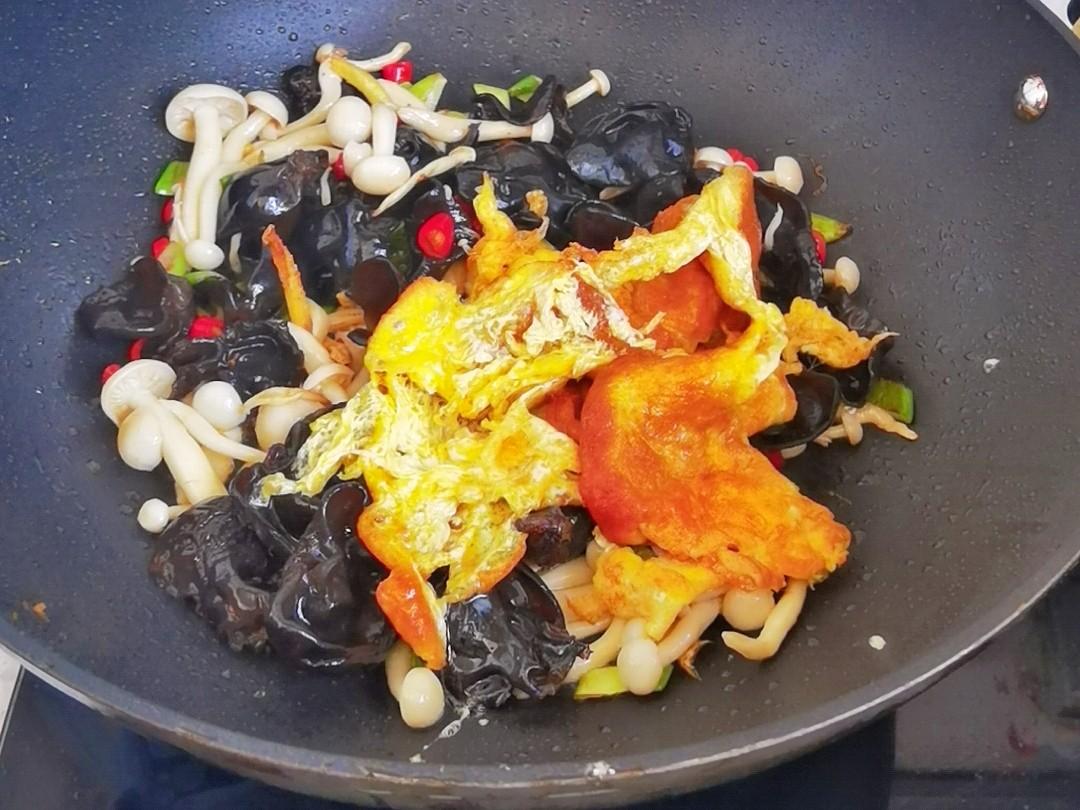 白玉菇加上木耳鸡蛋,这道好吃又好做的素菜我能吃两大碗米饭怎么做
