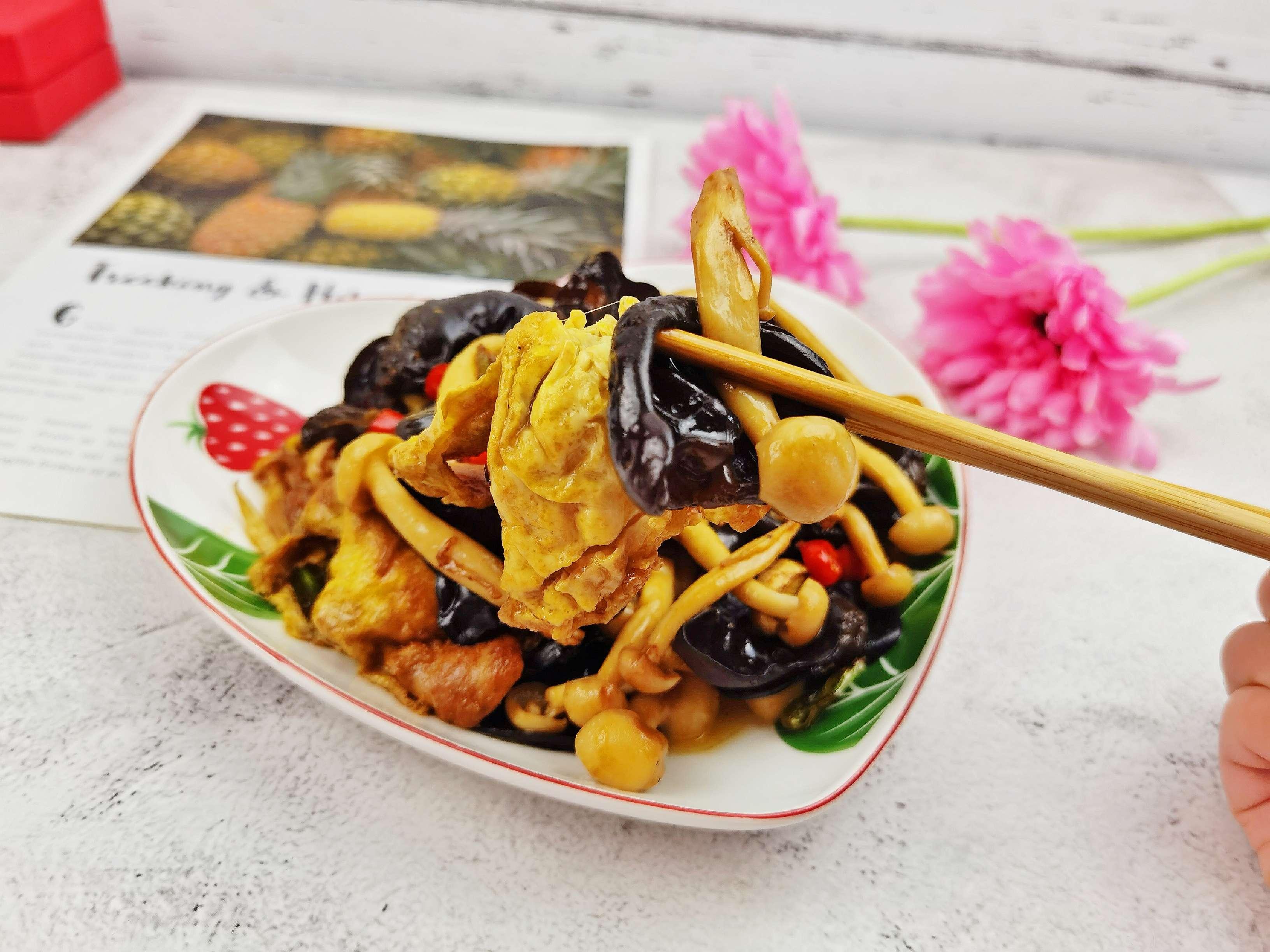 白玉菇加上木耳鸡蛋,这道好吃又好做的素菜我能吃两大碗米饭怎么煮