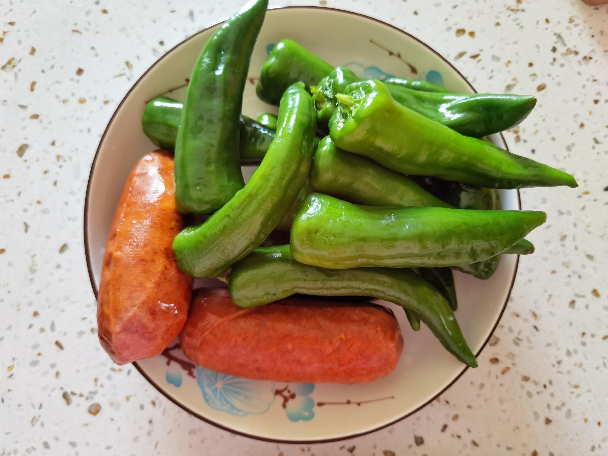 10分钟速成下饭菜-香肠炒辣椒,炒1盘下两三碗米饭的做法大全