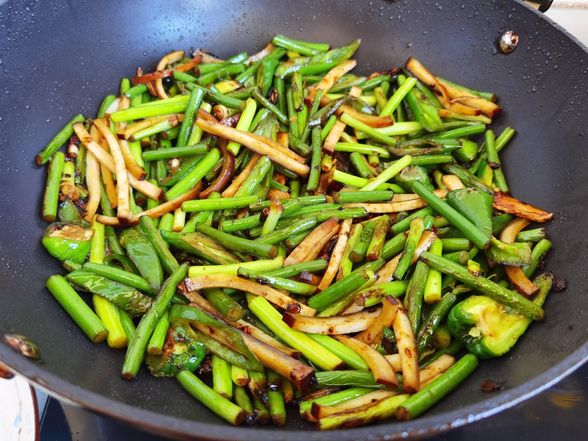 蒜苔和豆干这样炒,就算没有肉,也依然很下饭怎么做