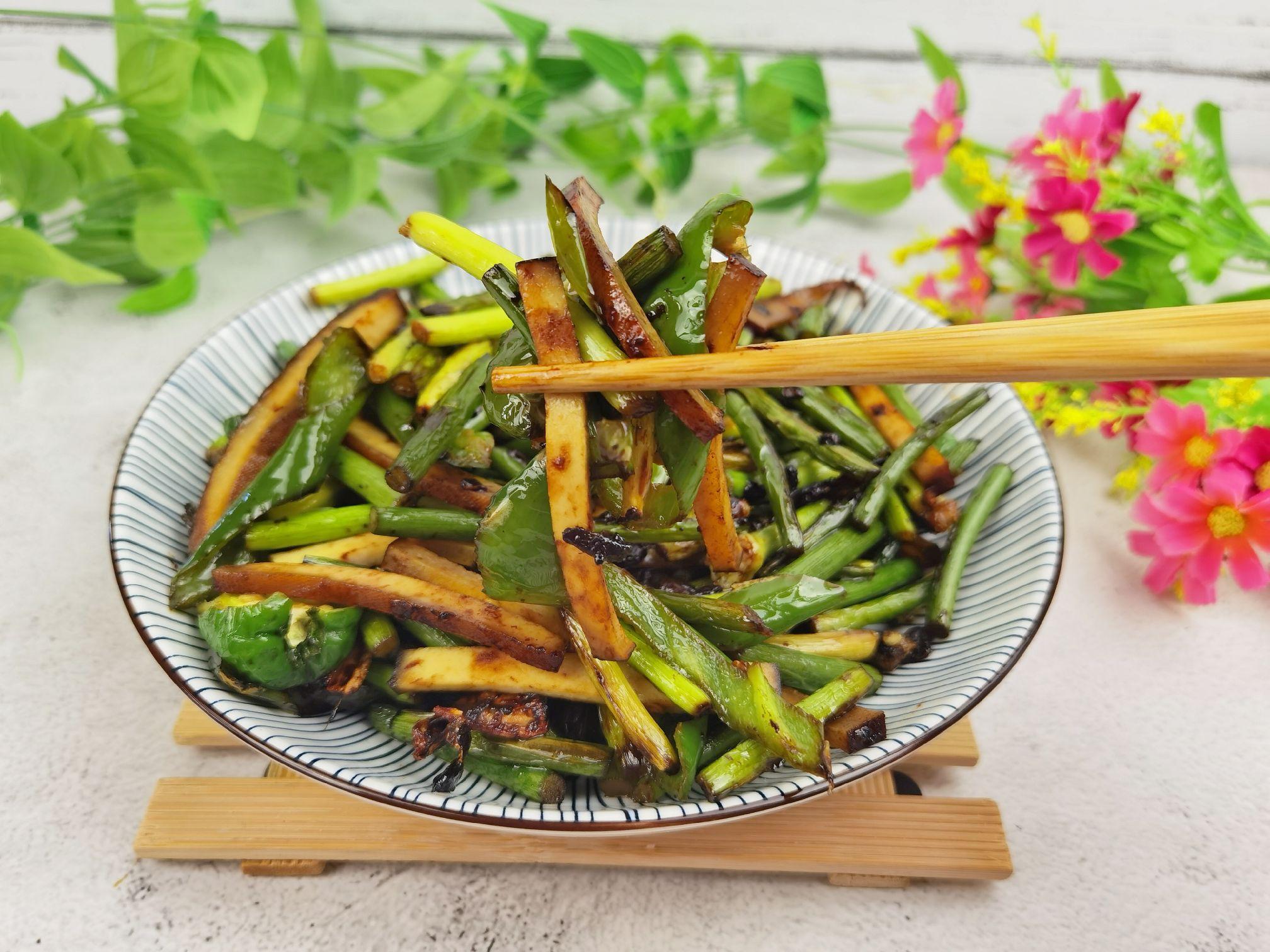 蒜苔和豆干这样炒,就算没有肉,也依然很下饭怎么炒