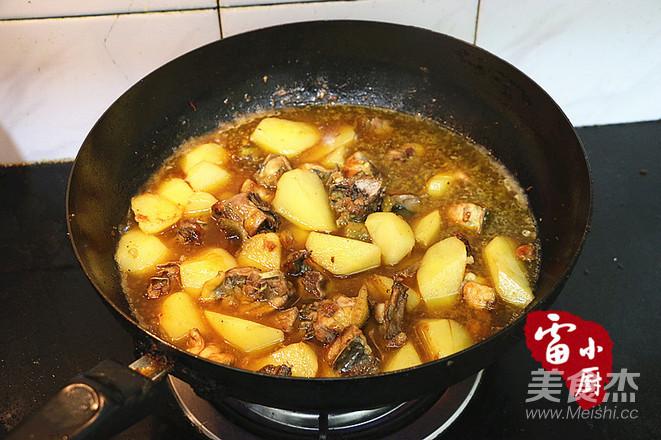 土豆炖鸡肉怎么吃