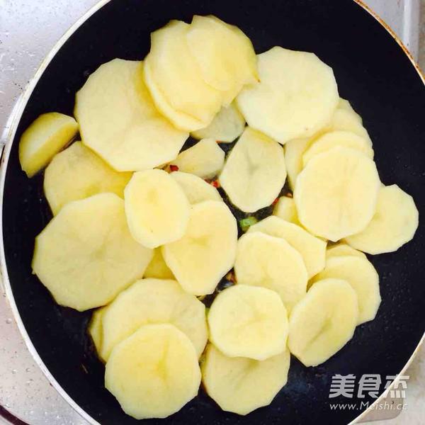 五花肉干锅土豆片怎么炒