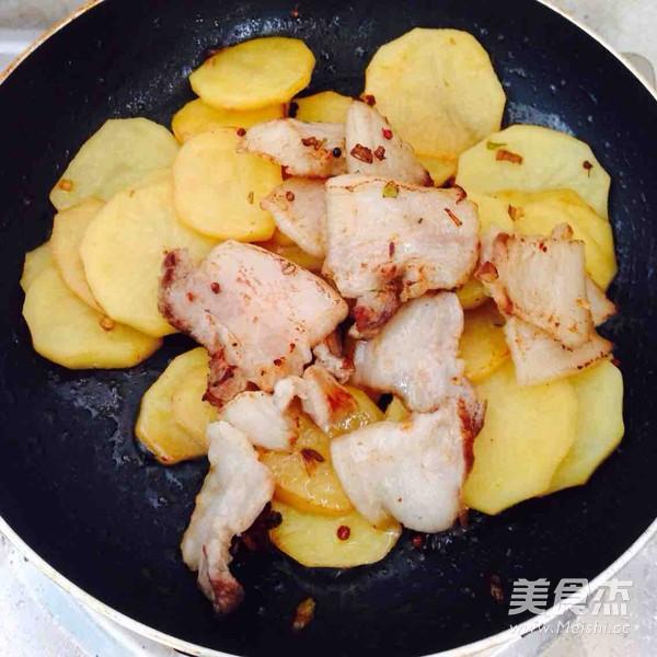 五花肉干锅土豆片怎么炖