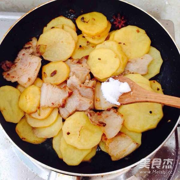 五花肉干锅土豆片怎么煸