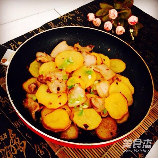 五花肉干锅土豆片怎样煸