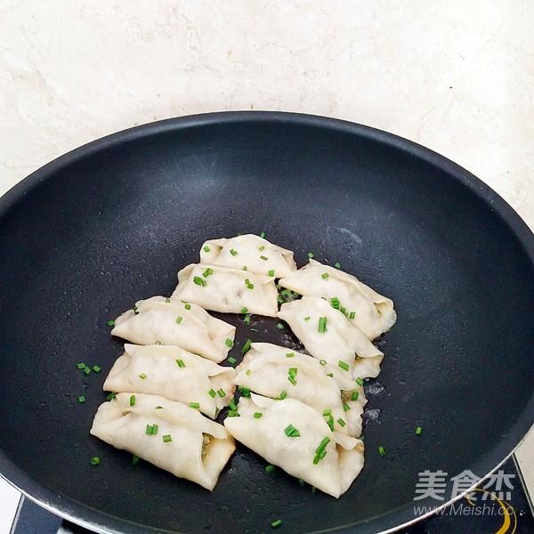 鲜肉豆角锅贴的制作
