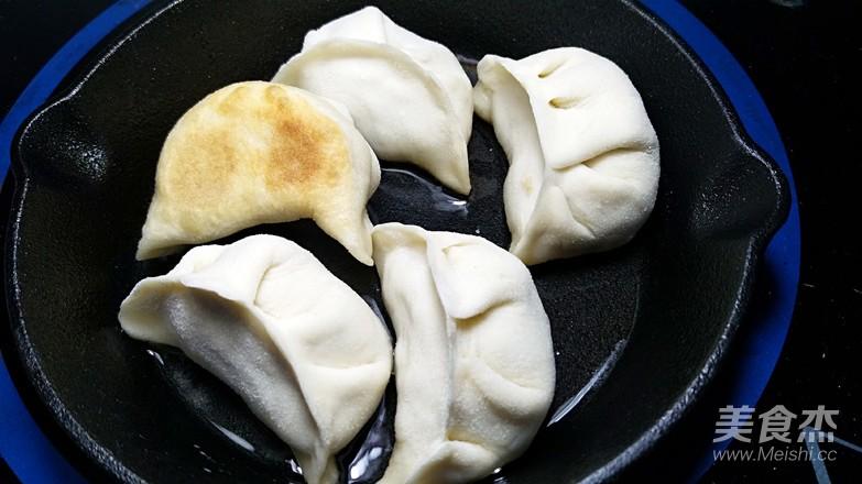 白菜肉煎饺的步骤