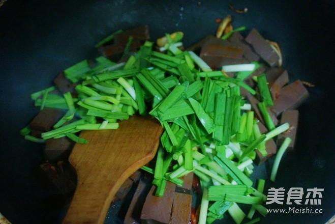 鸭血炒韭菜怎么做