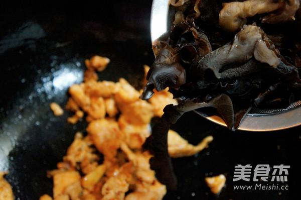 芹菜木耳炒肉的简单做法