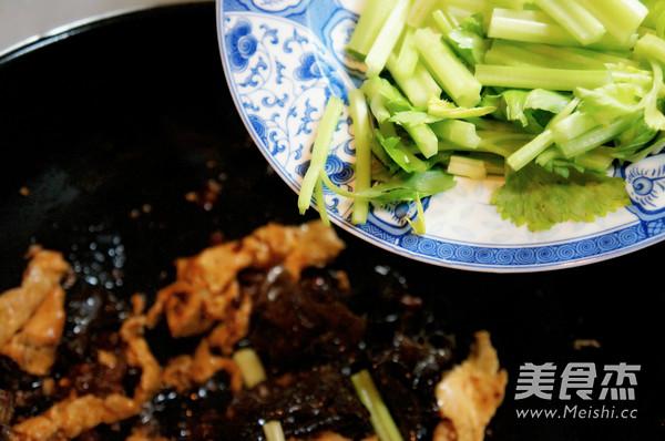 芹菜木耳炒肉怎么吃