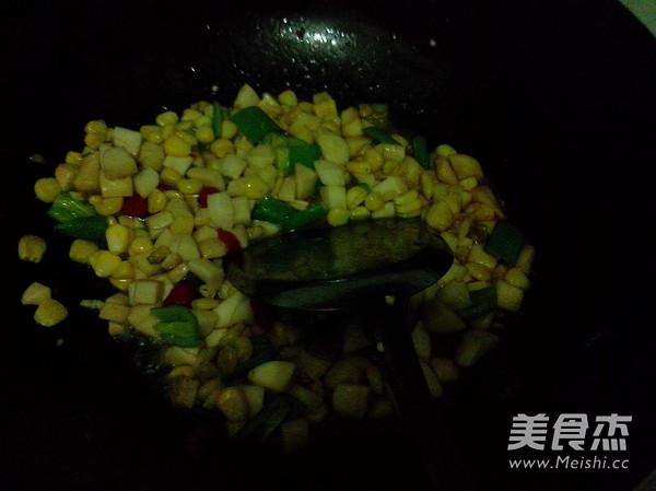 火腿肠玉米菇丁怎么炖