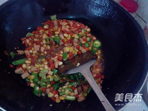 玉米青椒火腿肠怎么煸