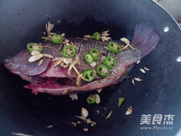 红萝卜烧罗非鱼的做法图解