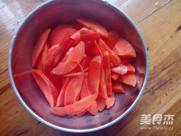 红萝卜烧罗非鱼的家常做法