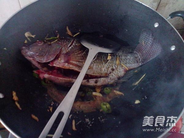 红萝卜烧罗非鱼的简单做法